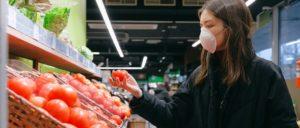 Consumo de produtos na pandemia: o que o brasileiro compra, o que cortou e como está gastando